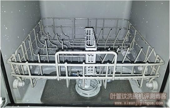 洗碗机洗完碗后,餐具上为什么会有白色痕迹?